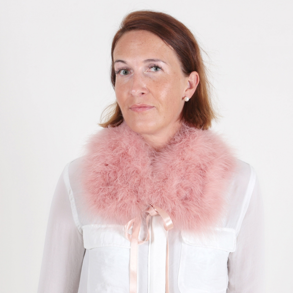 EYES ON MISHA cuello de plumas La Fiffi rosa coral
